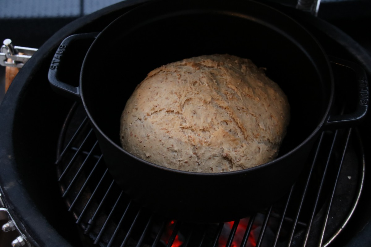 Wholemeal barbecue bread: using a dutch oven for baking