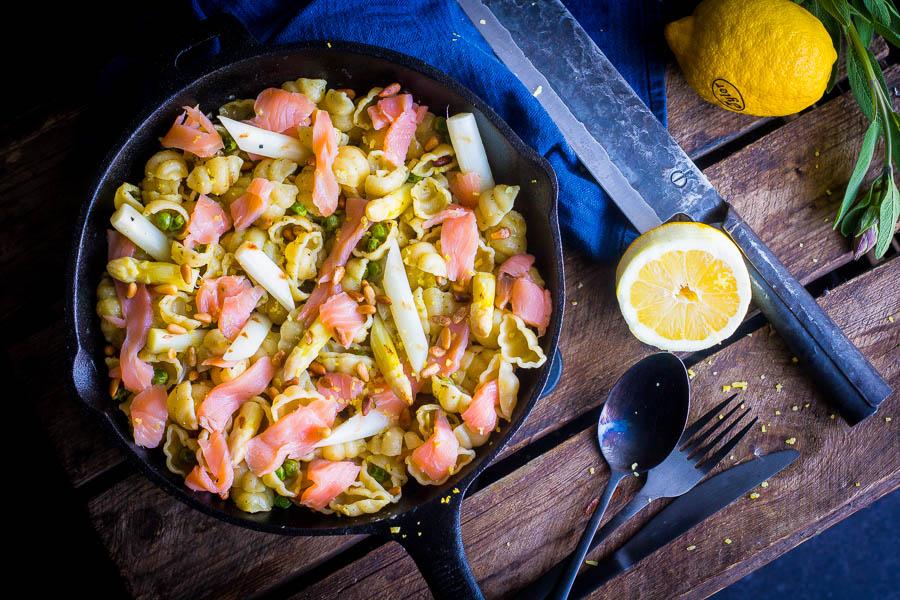 Salie pasta, gerookte zalm en gegrilde asperge