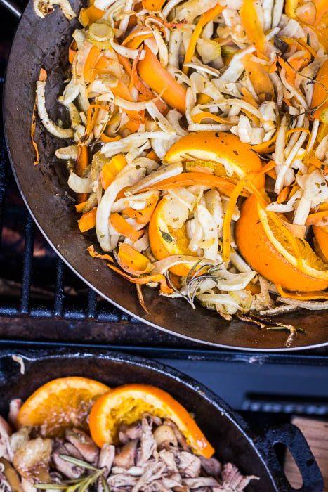 Gebraiseerde venkelsalade op de Traeger pellet smoker met vermouth en sinaasappel.