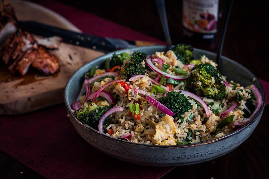 Gebakken rijst met gebrande broccoli en paksoi