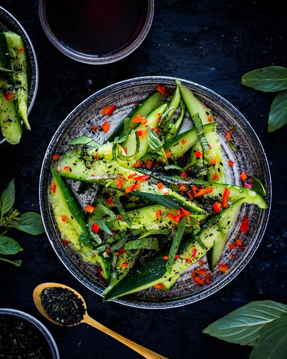 Salade van geplette komkommers