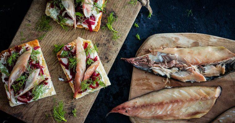 Gerookte makreel toast met gefermenteerde rode biet