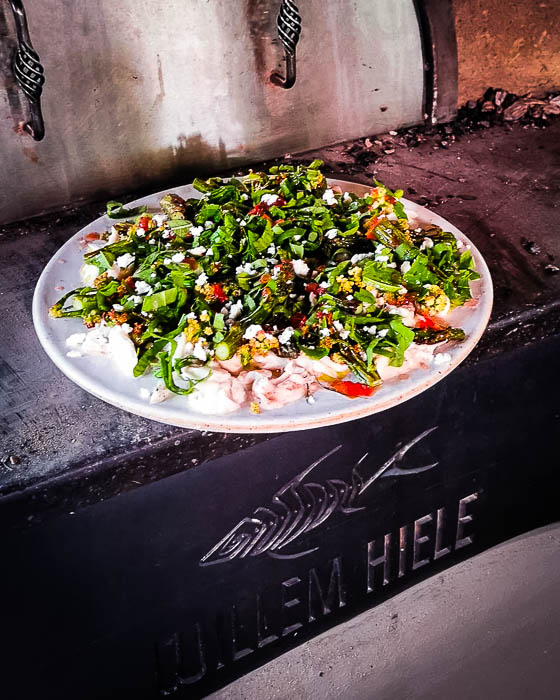 Salade van zeebaars in kleikorst