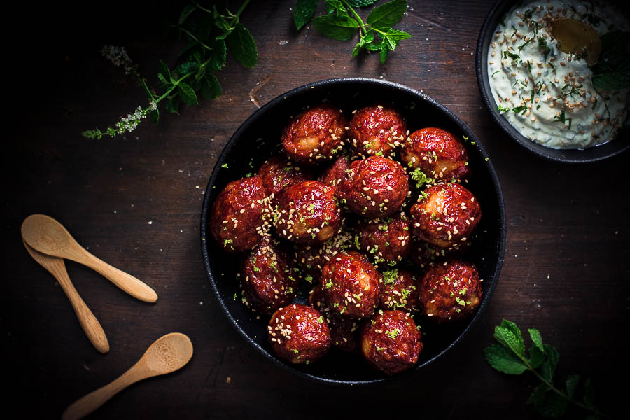 Delicious Yogurt dip meatballs: a stunning grilled appetizer