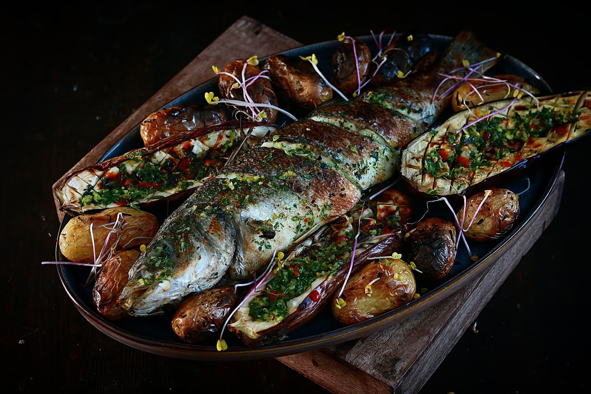 Heerlijke op hout gegrilde zeebaars met frisse marinade