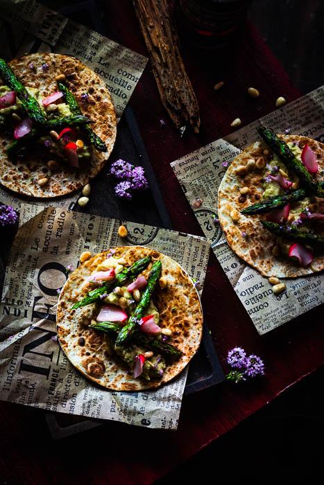 Vegetarische tostada met gegrilde asperge