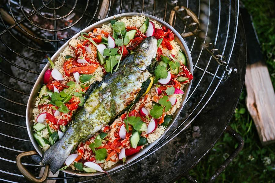 Op de driepoot BBQ gegrilde forel met couscous